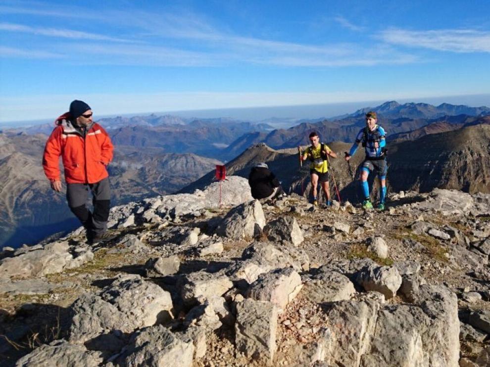 Ion Aspiroz (1º) y Toni Blanco (2º), a su paso por Collarada, el techo de la ultra con 2.886 metros.