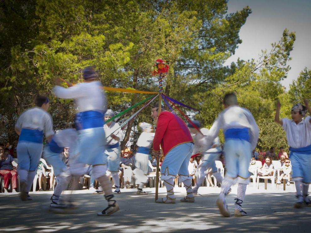 Bailes y dichos. El dance en honor a la Virgen de Cabañas escenificó ayer la lucha del bien contra el mal y,  entre mudanza y mudanza con palos y cintas, se recitaron dichos que relatan acontecimientos actuales.