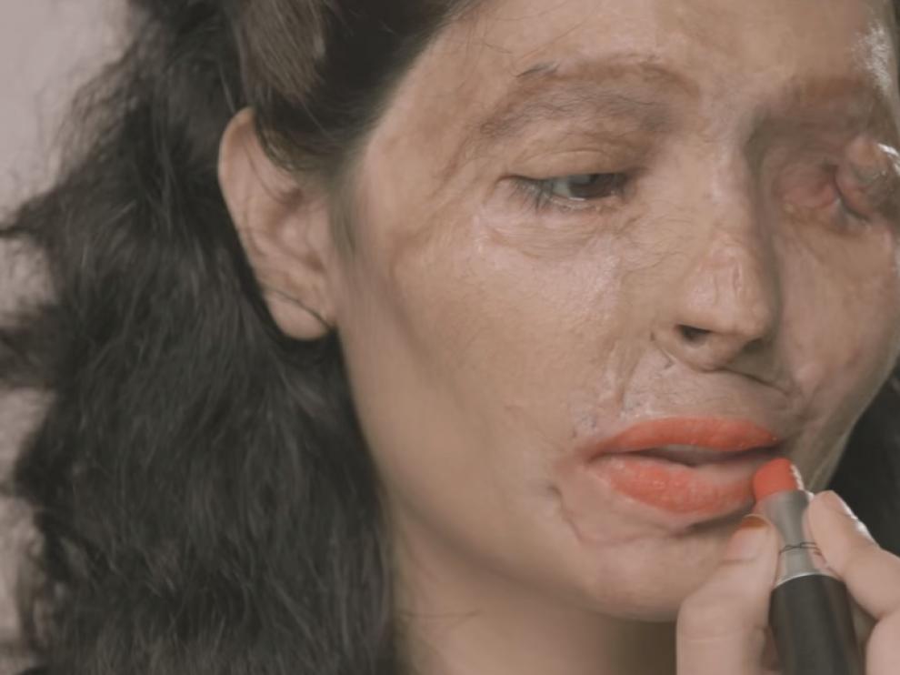 Reshma Qureshi, una gurú del maquillaje tras ser quemada con ácido.