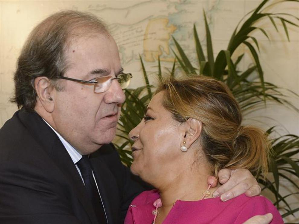 El presidente de la Junta de Castilla y León, Juan Vicente Herrera, saluda a Rosa Valdeón, en una foto de archivo.