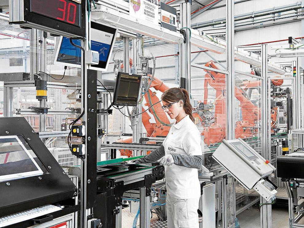 Una trabajadora, en la fábrica de electrodomésticos de BSHEspaña en Montañana (Zaragoza).
