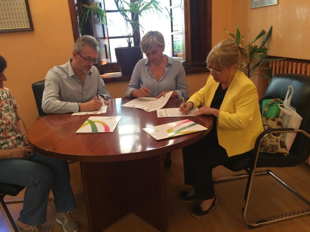 Representantes de las tres entidades, en la firma del convenio.