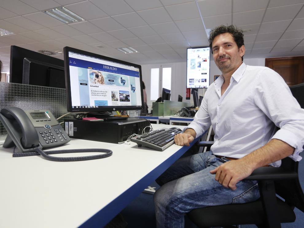 César Bona, en la redacción de Heraldo de Aragón