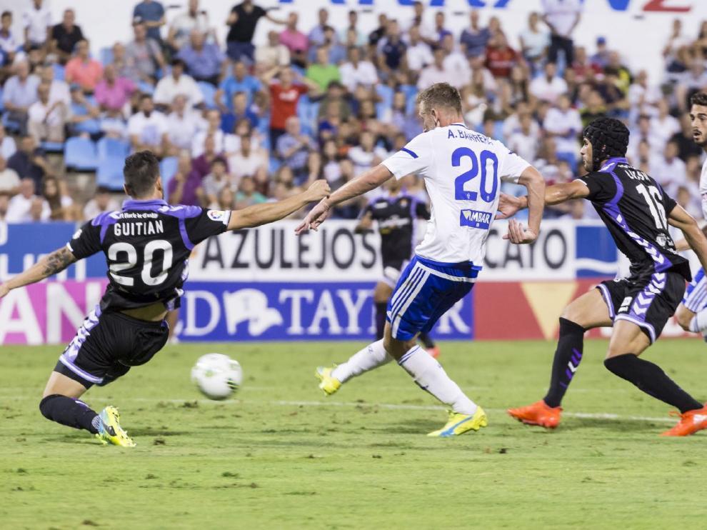 Barrera y Ros, en una acción de ataque conjunta de ambos en el partido de Copa ante el Valladolid. Barrera remató sobre el pie de Guitián dentro del área tras un pase de Ros.