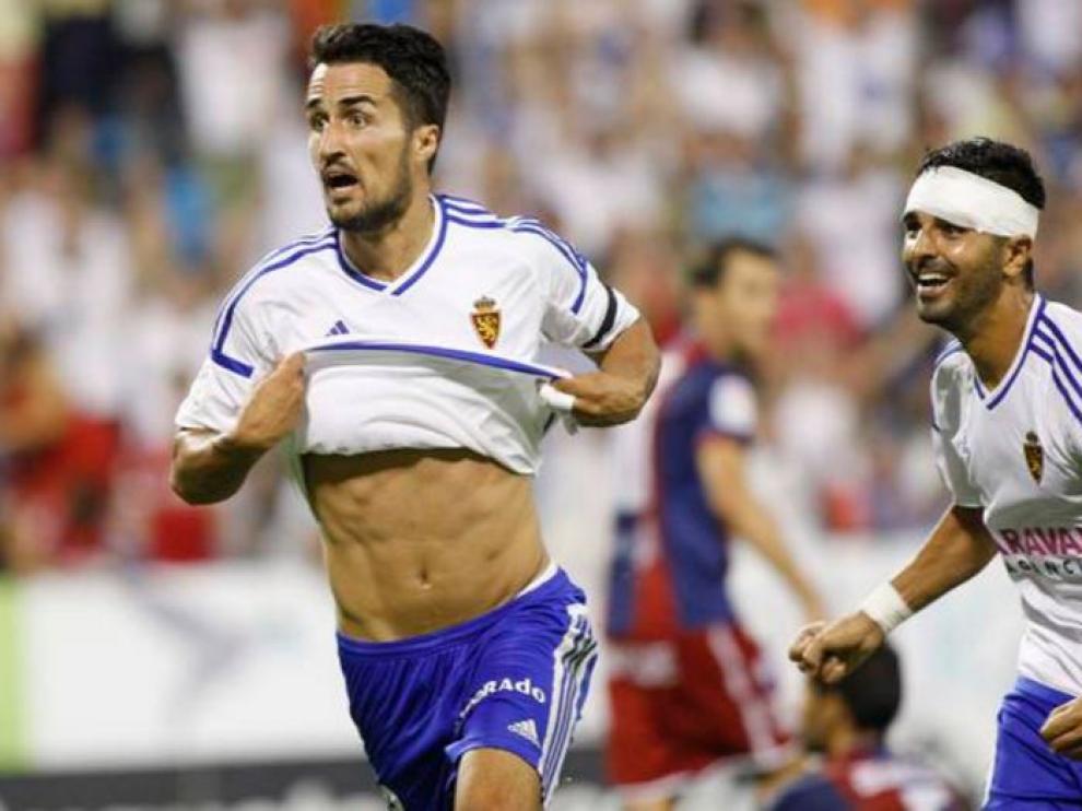 Casado celebra el gol ganador del último minuto en el último partido en La Romareda ante el Huesca, seguido por Ángel.