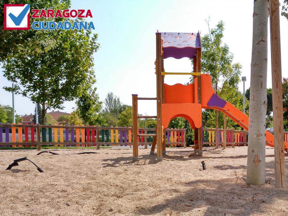 Estado del parque infantil en la avenida Manuel Rodríguez Ayuso.
