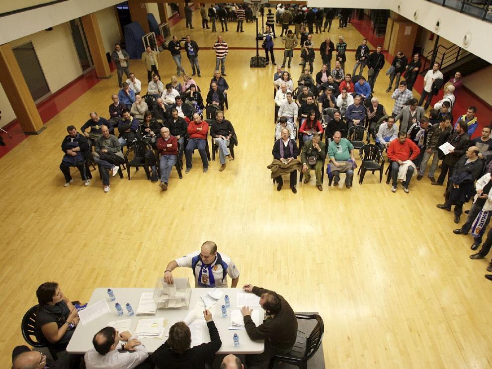 Imagen de la jornada electoral en la Federación de Peñas del Real Zaragoza de hace cuatro años, en noviembre de 2012.