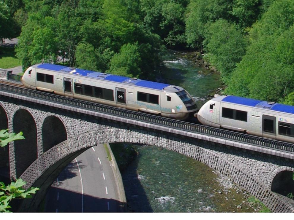 Un tren por el viaducto de Escot, entre Olorón y Bedous.