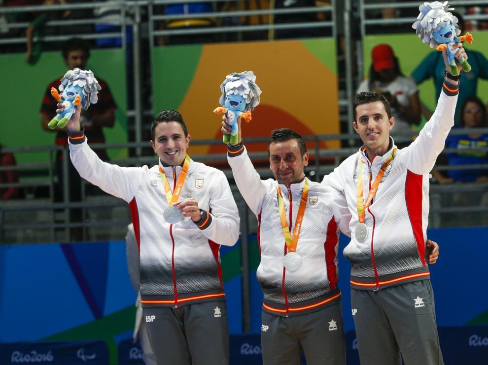 El equipo español de tenis de mesa recibe su medalla de plata
