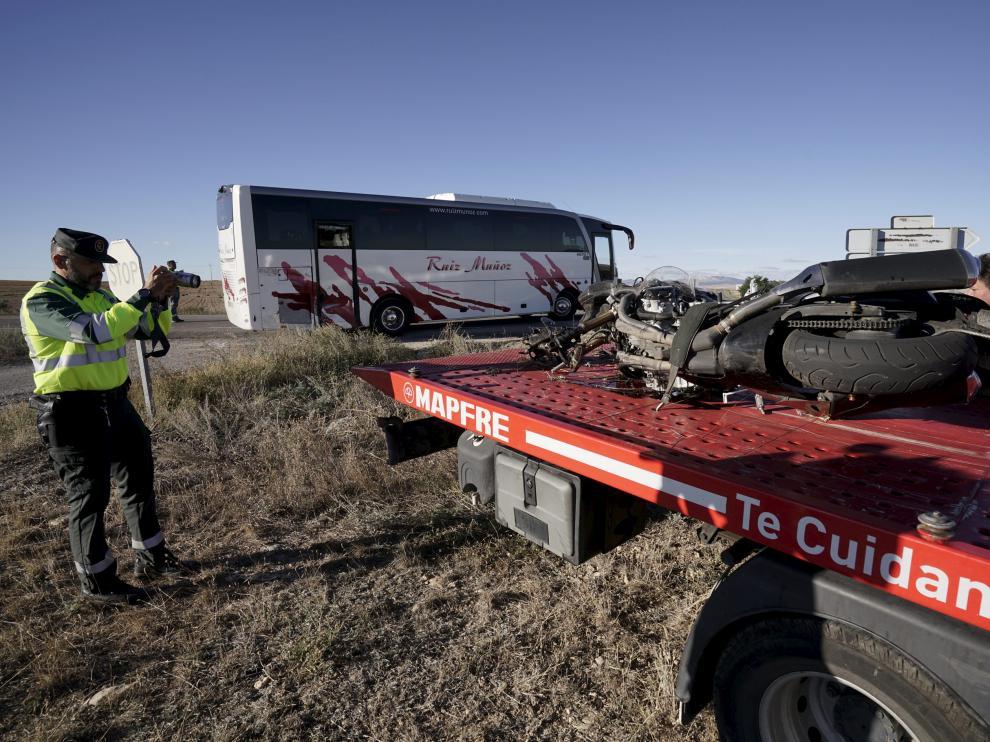 La guardia Civil examina la moto accidentada en Cella.