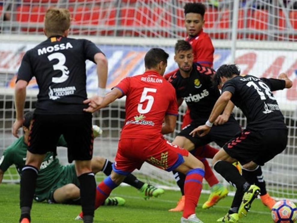 Los jugadores del Nástic de Tarragona (de negro), defienden su portería en un ataque del Numancia en el partido del pasado sábado en Los Pajaritos, donde los catalanes perdieron 1-0.