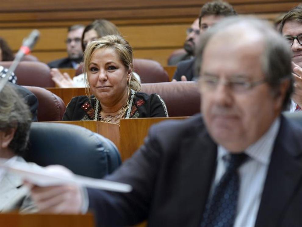 La exvicepresidenta de la Junta de Castilla y León, Rosa Valdeón (i),  atiende a la intervención del presidente, Juan Vicente Herrera (d), desde su nueva ubicación en el hemiciclo