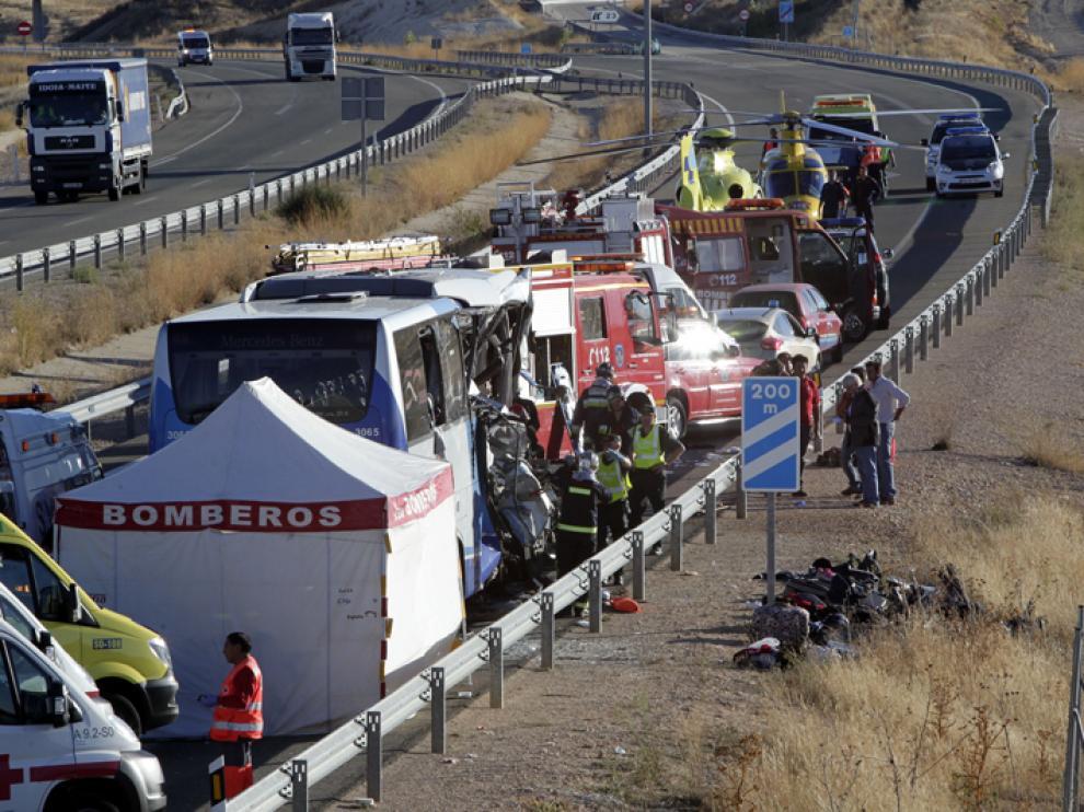 Dispositivo sanitario desplegado tras la colisión entre un autobús y un camión en Adradas