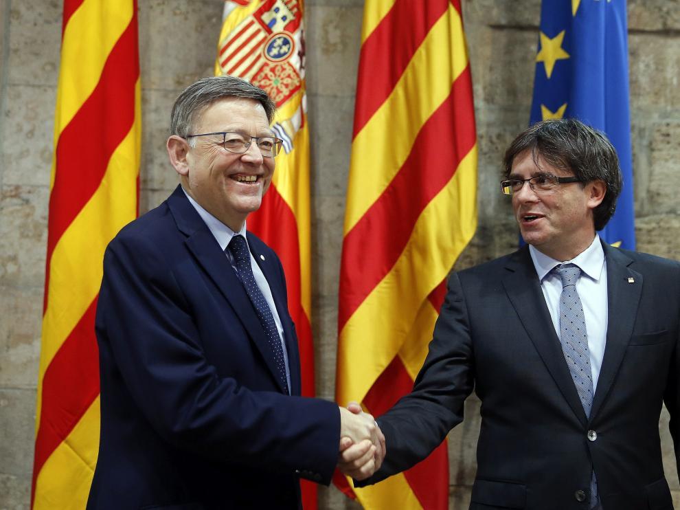 """El presidente de la Generalitat de Cataluña, Carles Puigdemont, junto a su homólogo valenciano, Ximo Puig, en la cumbre económica celebrada para conformar """"un frente común"""" a favor del Corredor Mediterráneo."""