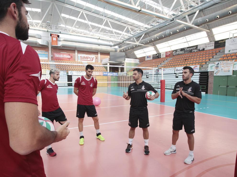 Los jugadores del CV Teruel junto al técnico Miguel Rivera, en un entrenamiento de la pretemporada.