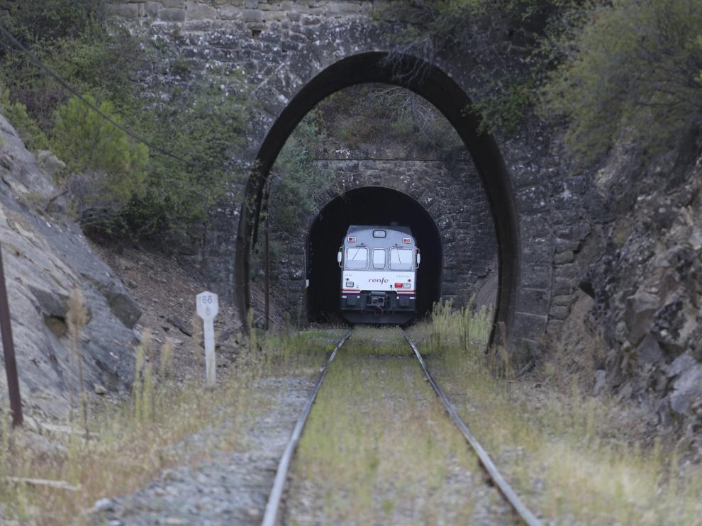 Paso del tren, ayer por la parte, por el túnel que se va a mejorar, limitado a 20 km/h.