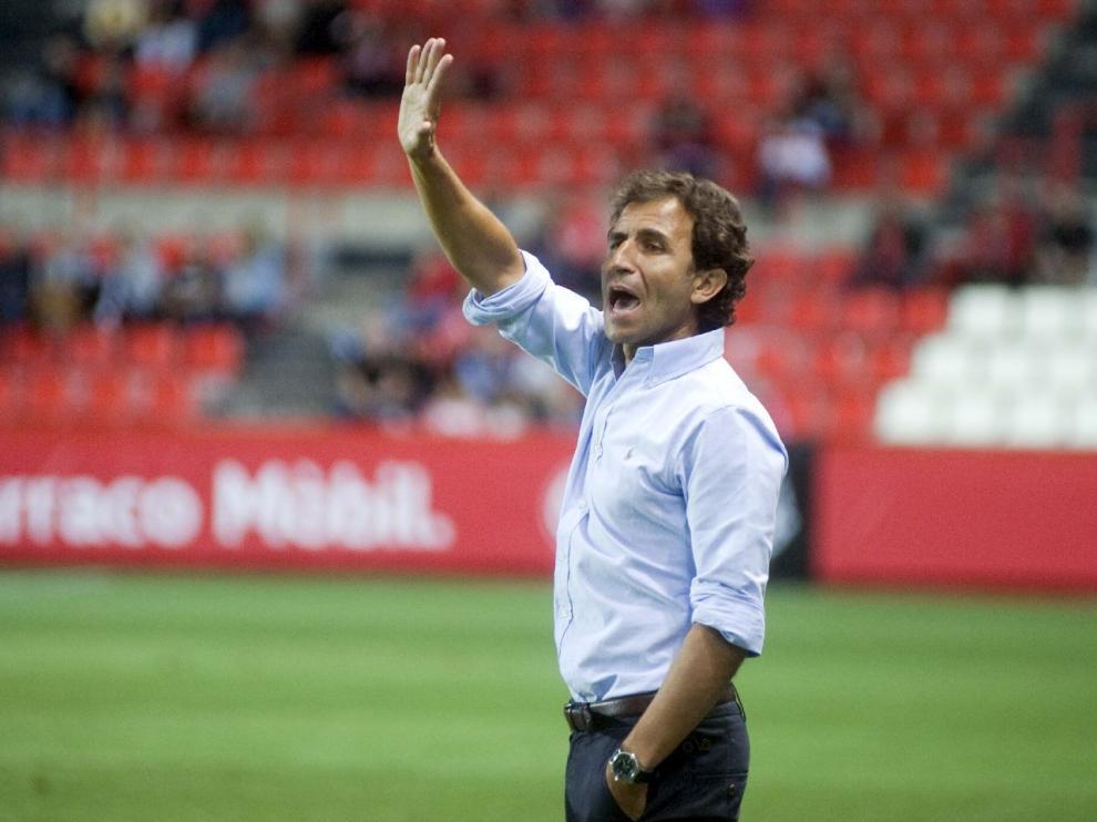 Luis Milla, en la banda del Nou Estadi de Tarragona en el partido de la noche de este martes.
