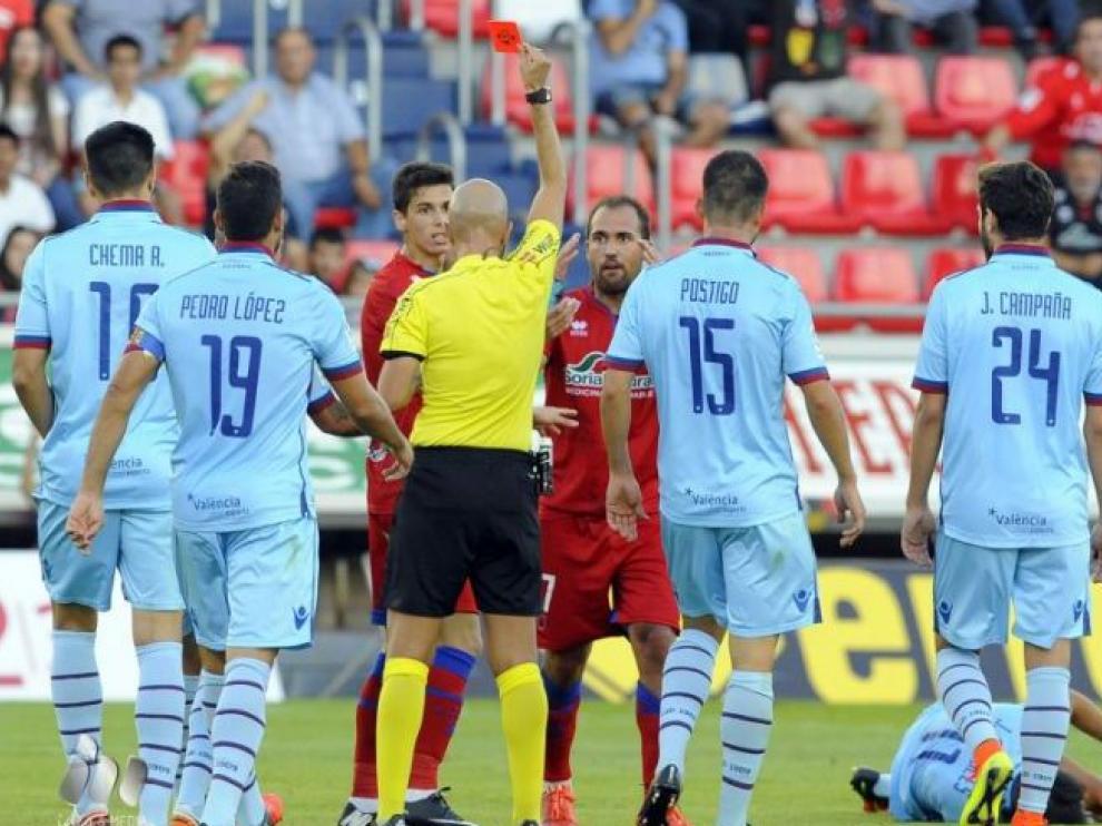 Momento en el que el árbitro asturiano González Fuertes expulsa al numantino Medina en la 1ª jornada ante el Levante en Los Pajaritos.