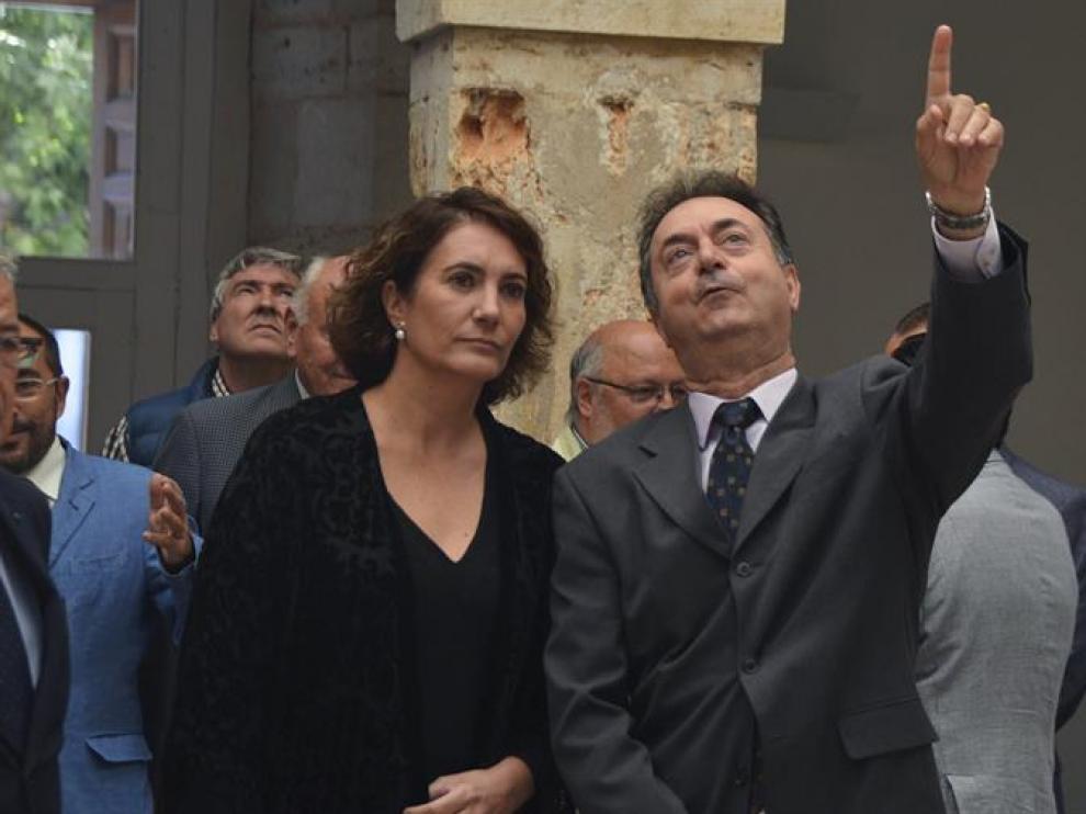 La consejera de Cultura y Turismo, Maria Josefa Garcia junto al alcalde del Burgo de Osma, Jesús Angel Romero durante la inauguración de los actos con motivo del Día del Turismo de Castilla y León.