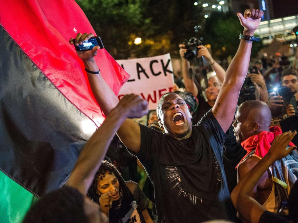 Tercera noche de protestas en Charlotte por la muerte de un afroamericano a manos de la policía