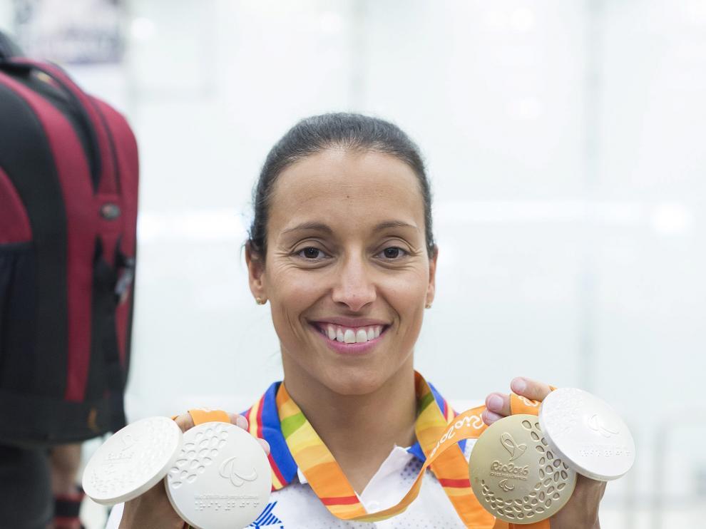 Teresa Perales posa con las medallas conseguidas en Río 2016 en el aeropuerto de Barajas.