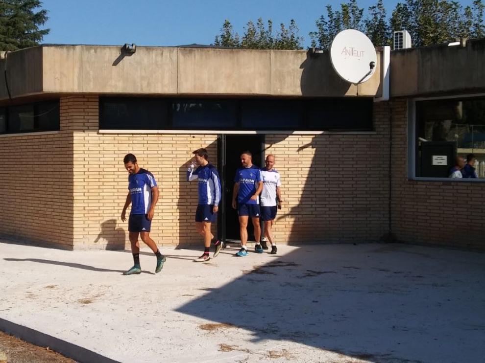 Ángel, Lanzarote y el lesionado Xumetra salen de la sesión de vídeo, junto a recuperador Andrés Ubieto, en el entrenamiento matinal de este sábado.