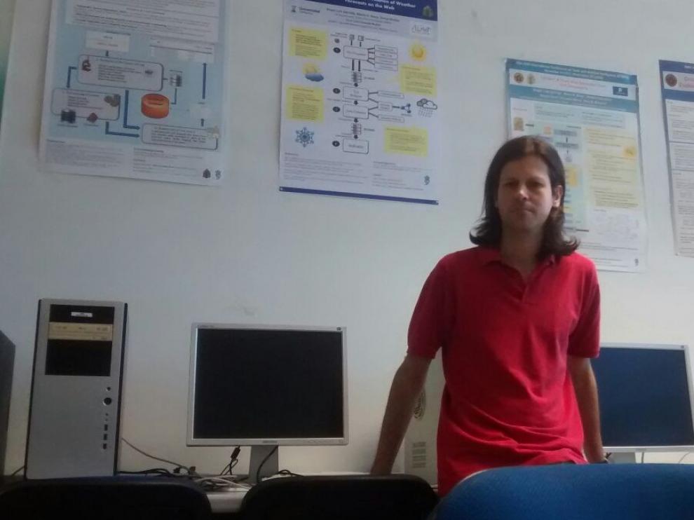 José Ignacio Requeno, en la sala de Informática de la Universidad.