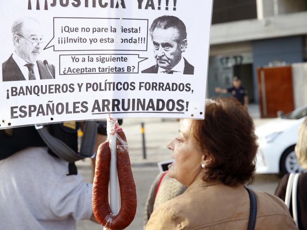 Foto de archivo de manifestantes ante la llegada de Blesa y otros acusados por las tarjeta opacas a la Audiencia Nacional.