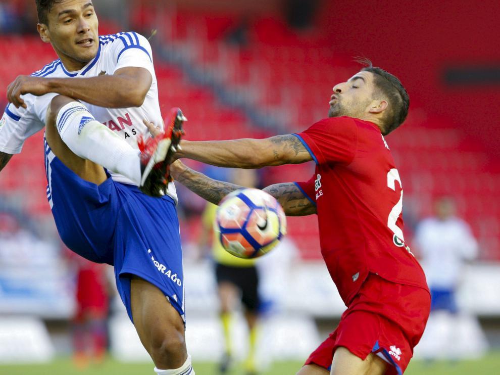 Marcelo Silva despeja un balón ante la cercana presencia de un jugador del Numancia.