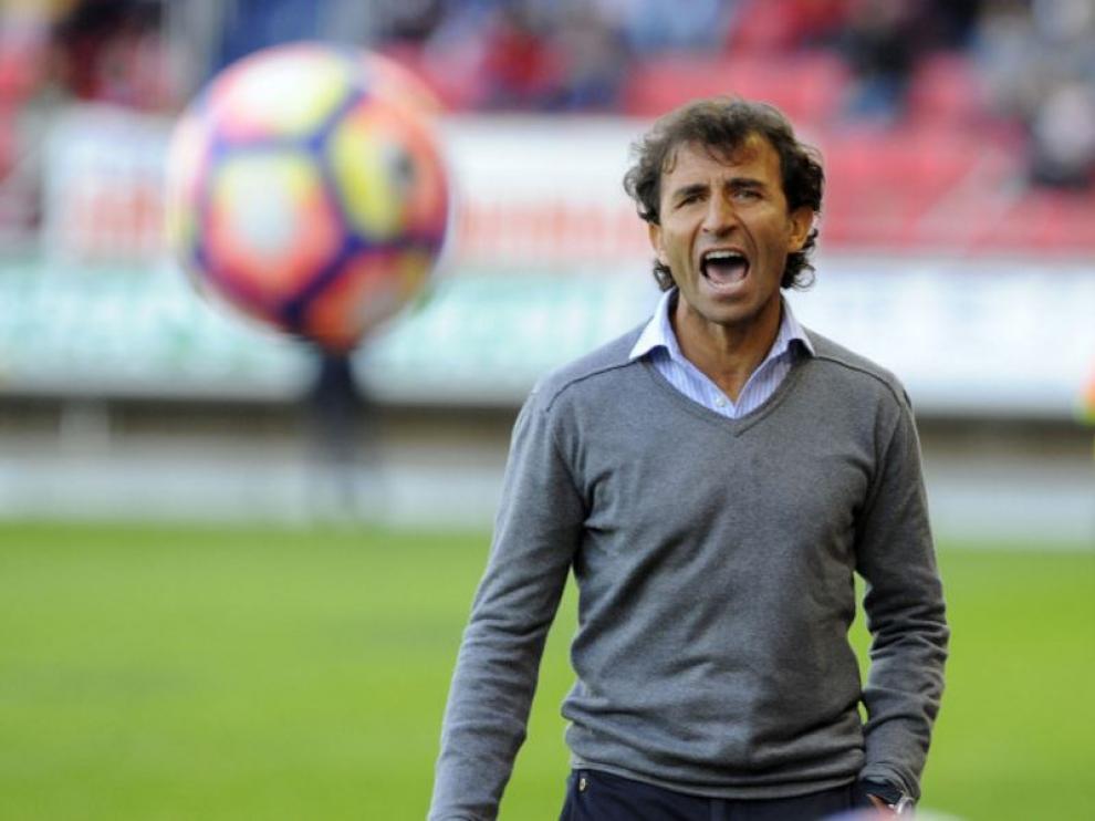 Luis Milla grita con fuerza en la banda de Los Pajaritos en un momento de la segunda parte del partido ante el Numancia.