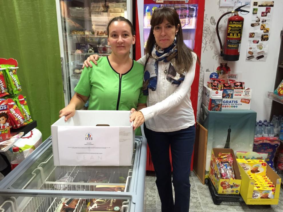 María Jesús Pomed y Julia Calvo en la panadería que recoge medicamentos para Venezuela