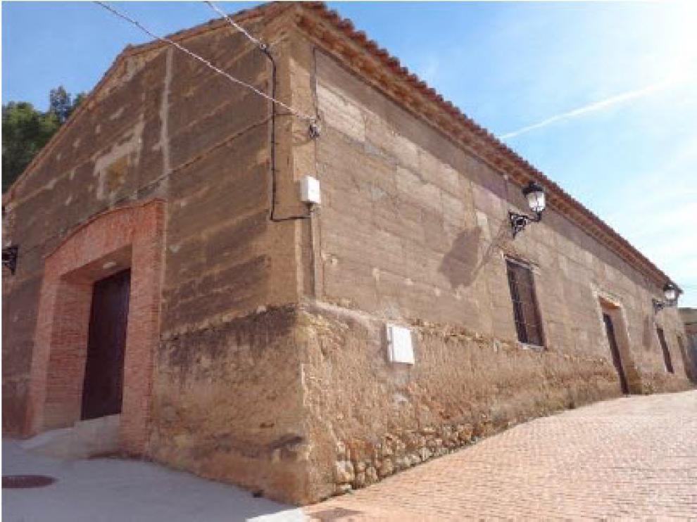 Edificio en Burbáguena con pilares y revestimiento exterior de Yeso.