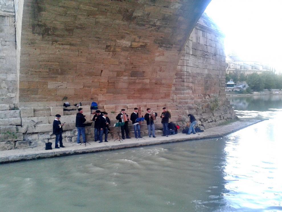Imagen de archivo de un concierto bajo el puente de Piedra