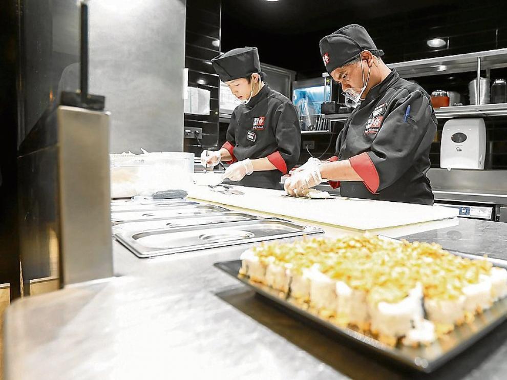 La cocina del restaurante está acristalada para observar la preparación de los alimentos.