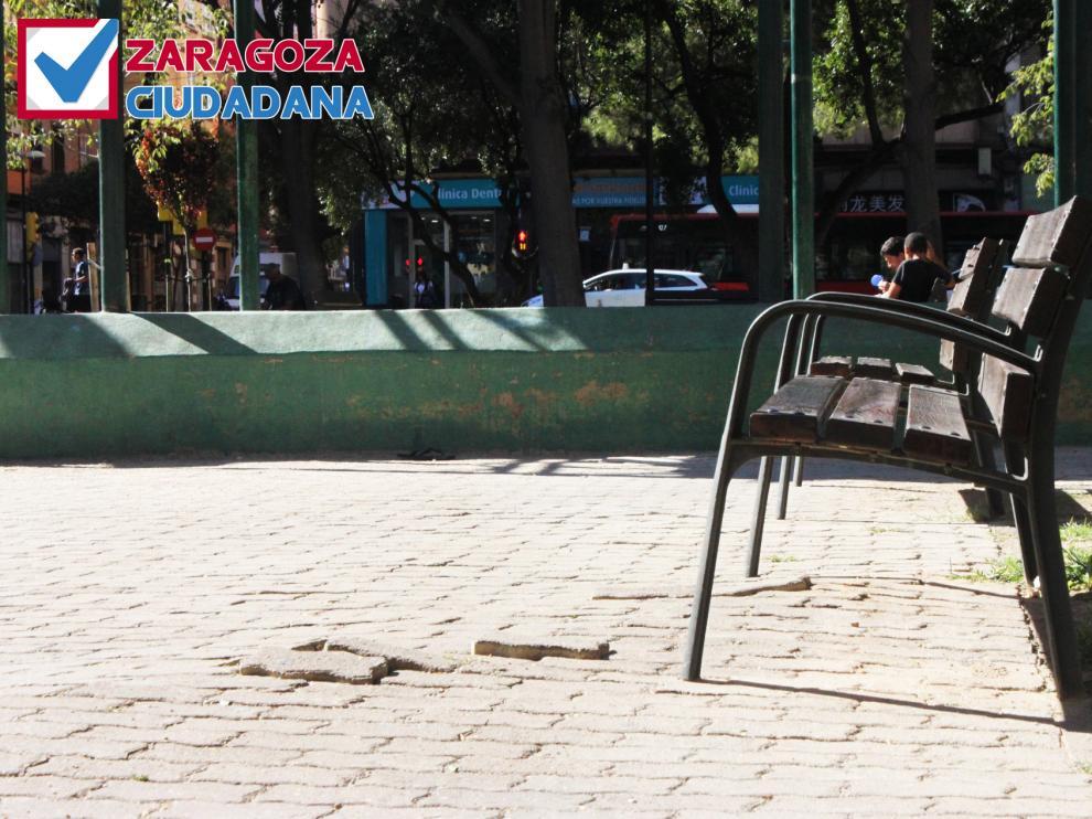 Estado de los adoquines en la plaza Reina Sofía.
