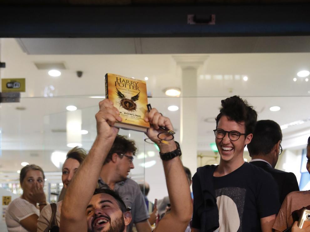 Más de 200 fans trasnochan en Madrid para conseguir lo último de Harry Potter