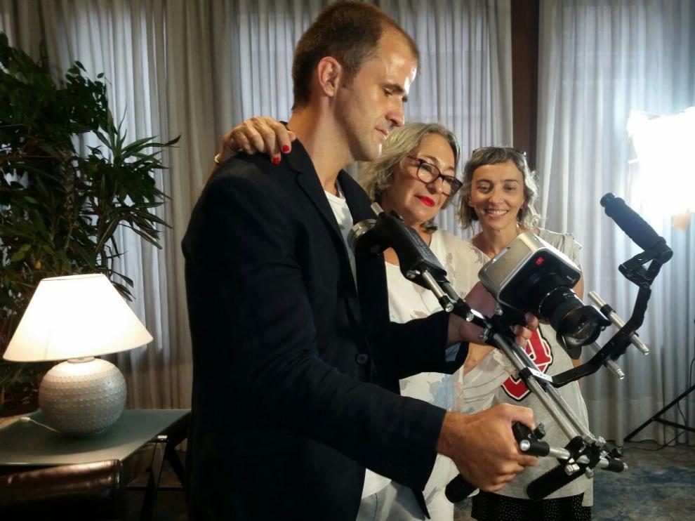 El director Maxi Campo revisa una toma junto a la actriz Luisa Gavasa (en el centro)