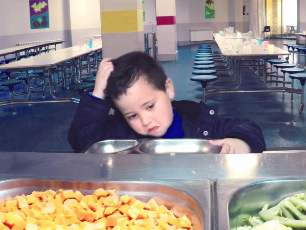 Un niño ante la comida a base de vegetales, en el vídeo de Sojasun.