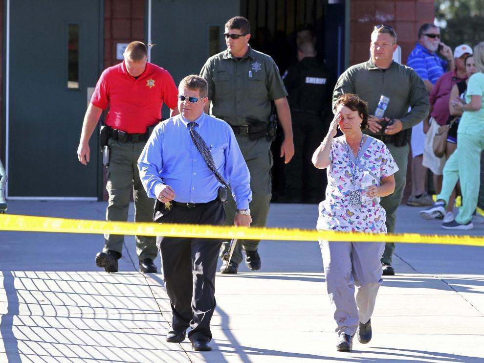 Un joven mata a su padre y luego abre fuego en una escuela de Estados Unidos