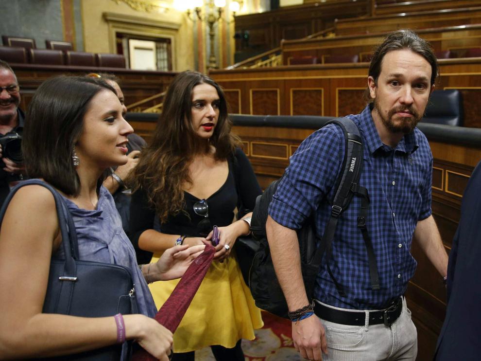 Pablo Iglesias junto a la portavoz adjunta en el Congreso Irene Montero (i)