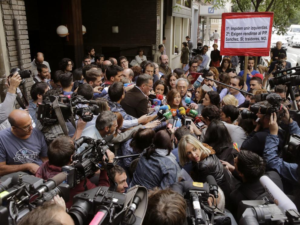 Verónica Pérez, rodeada de periodistas en Ferraz.