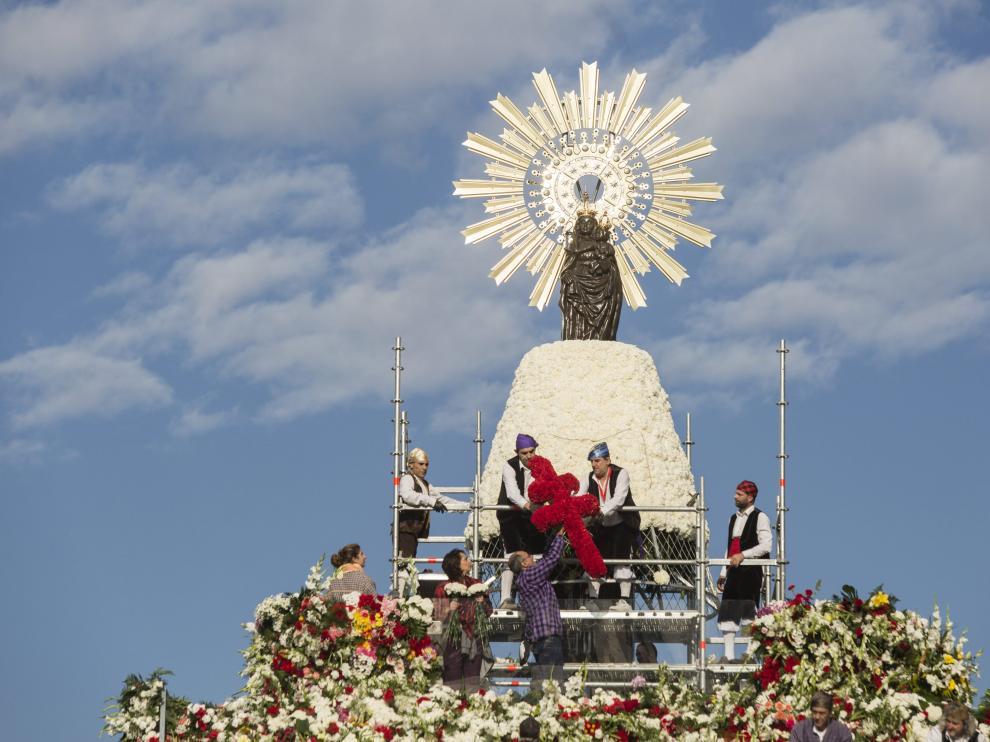 Ofrenda floral de 2015 a la Virgen del Pilar