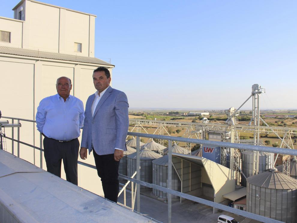 Manuel Mazana Llarás y Manuel Mazana Puyal, en las instalaciones de la planta en Binéfar.