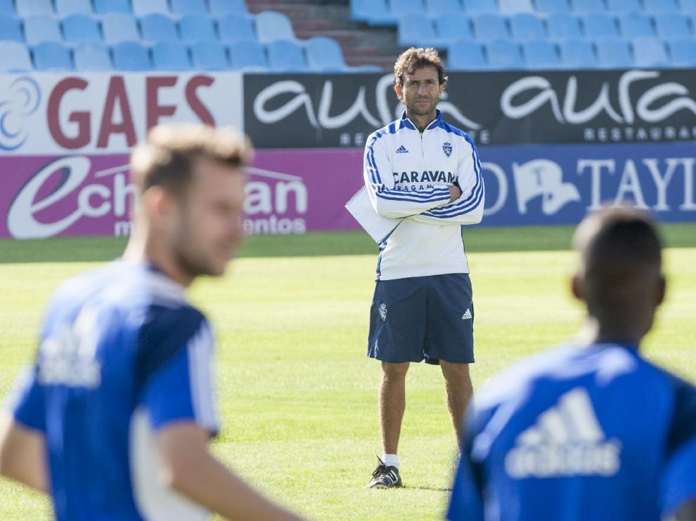 Luis Milla mira con atención el entrenamiento del viernes en La Romareda.