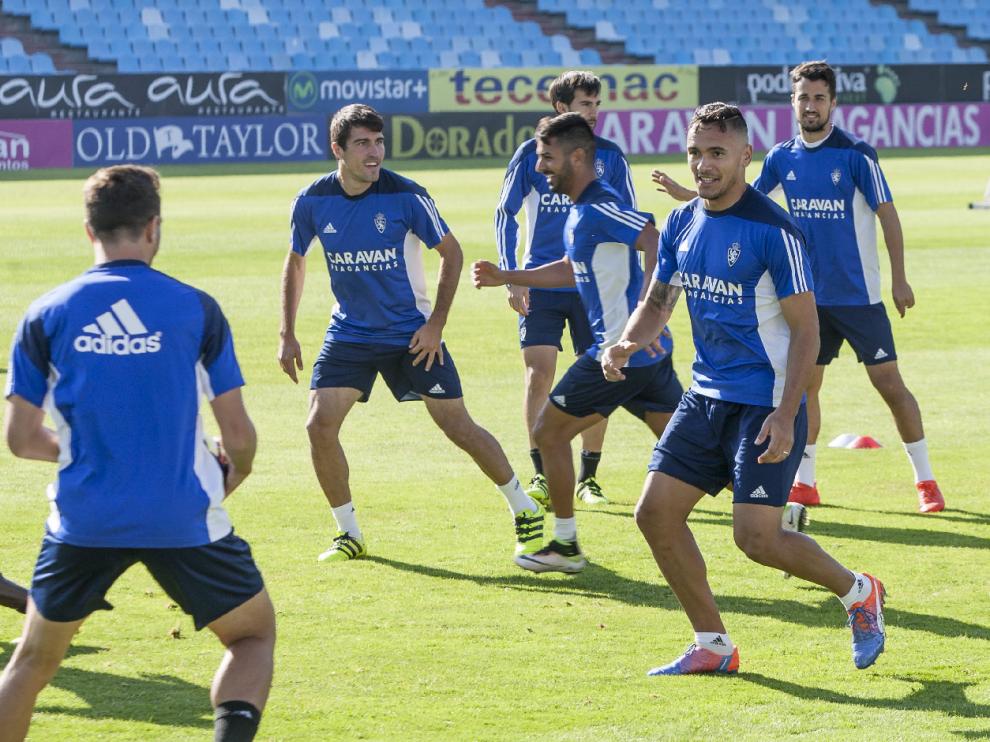 Los jugadores del Real Zaragoza llevan a cabo un ejercicio durante el ensayo del viernes entre risas y buen ambiente.