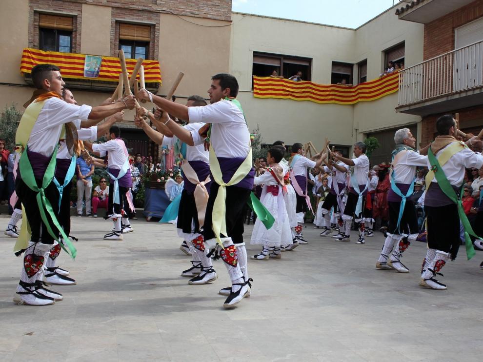 Los danzantes han interpretado varias mudanzas de palos y espadas.