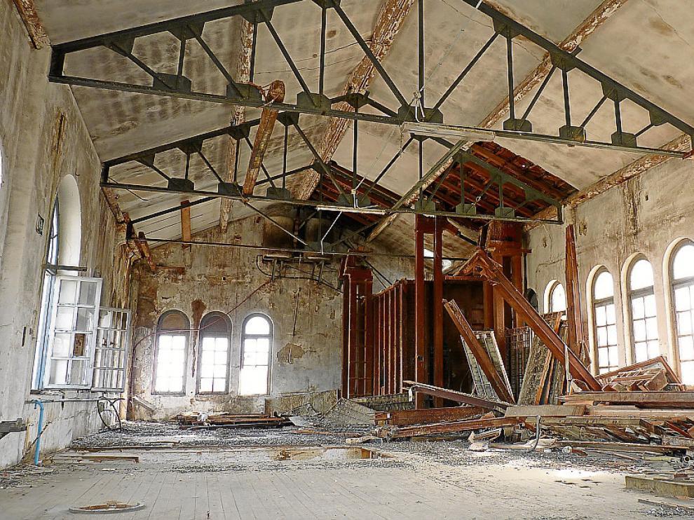 Interior abandonado de la Harinera de Casetas.