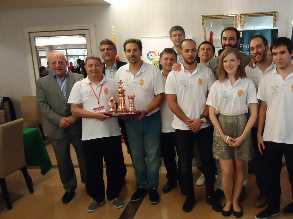 Los componentes del equipo del Jaime Casas de Monzón con su trofeo de tercer clasificados.