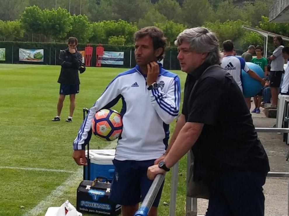 Luis Milla y Narciso Juliá, entrenador y director deportivo del Real Zaragoza, charlan durante la pretemporada en Boltaña (Huesca), hace dos meses y medio.