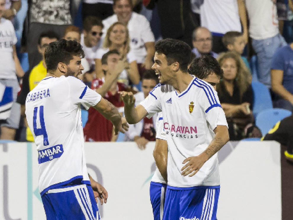 Morán, eufórico, felicita a Cabrera tras la consecución del 1-1 ante el Córdoba por parte del central uruguayo.